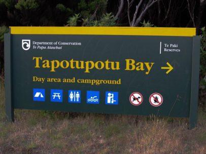 Straßenschild zum Campingplatz am Cape Reinga