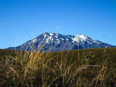 Schneebedeckter Vulkan-Gipfel
