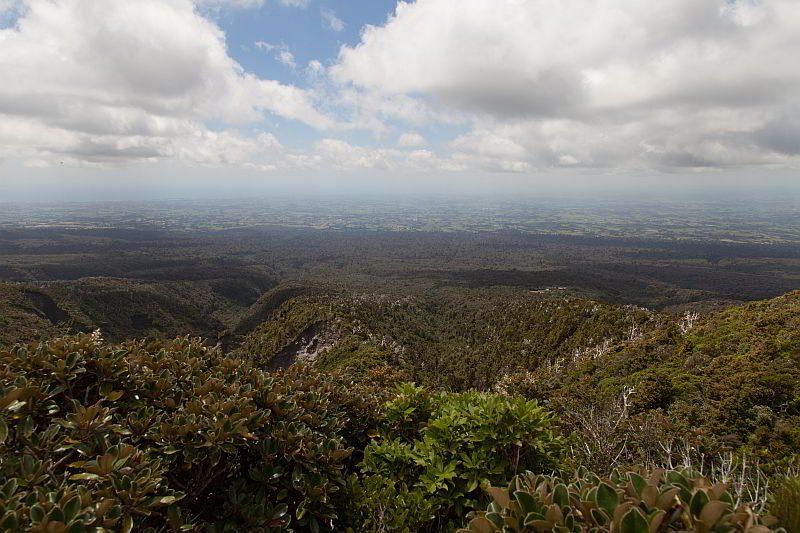 Gut zu sehen die Grenze zwischen Berg und Ebene