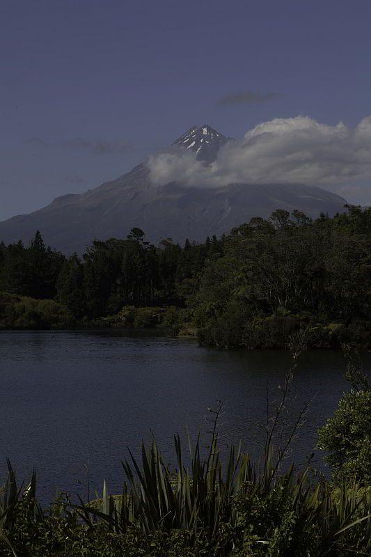 Mount Taranaki vom Lake Mangamahoe aus gesehen