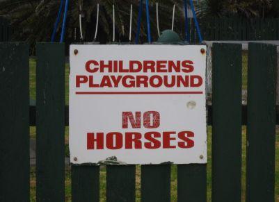 Schild an einem Spielplatz