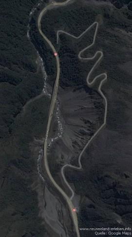 Auf Google Maps kann man noch gute die alte Passstraße sehen und den abbrechenden Berghang links von ihr