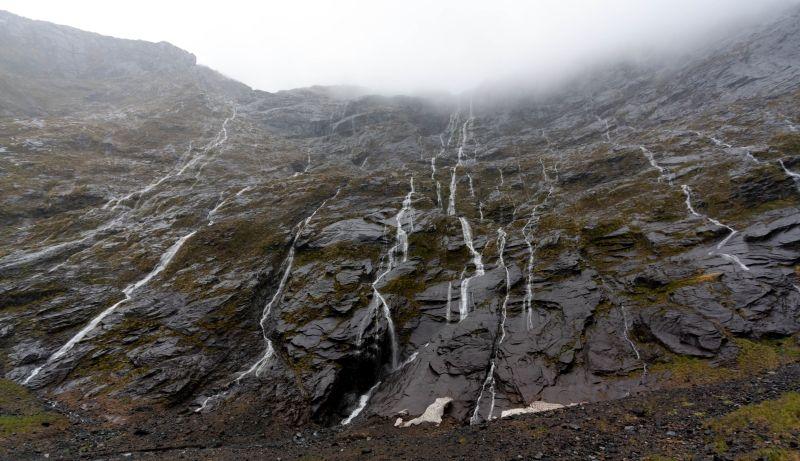 Milford Sound Road mit Wasserfällen auf Neuseeland