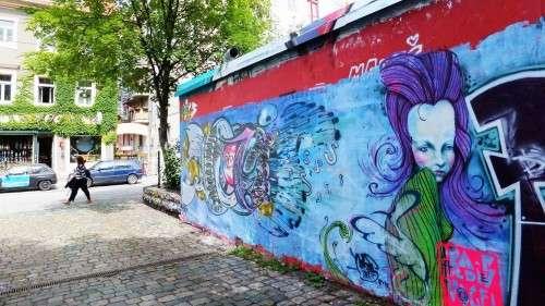 Kaum gesprüht, schon wieder übermalt.Graffiti-Wand neben der Scheune.