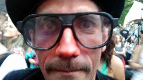 """Große Brille und große Show """"Duo Koxka and their Parasite Cirkus"""""""