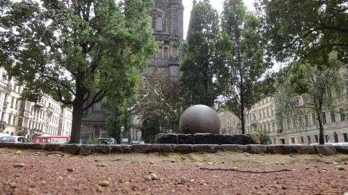 Brunnen vor der Martin-Luther-Kirche, der Schotterplatz soll verändert werden, die Hochbeete müssen jedoch bleiben.
