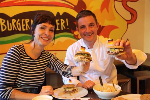 Fräulein Kerstin und Dirk Wende mit ihrem eigenen Burger.