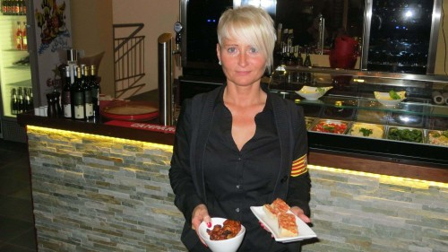 Chefin Jacqueline Knoch mit Tapas.