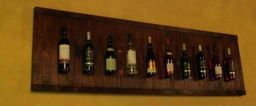 Weinregal an der Wand