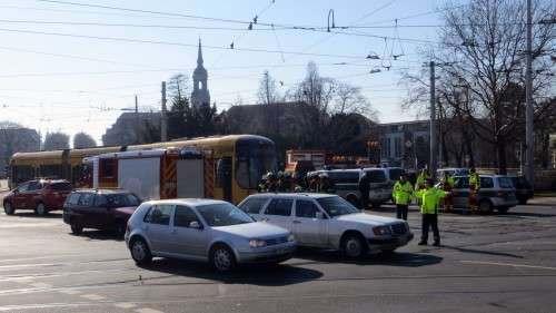 Polizisten regelten die Verkehr mit Winken und Trillerpfeifen.