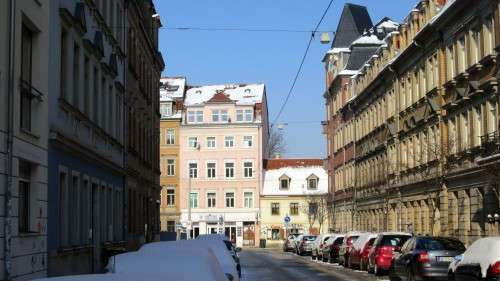 Die Dächer sind fast schneefrei. Achtung, es purzelt aller Orten.