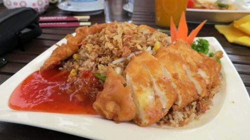 Hühnerbrust an gebratenem Reis
