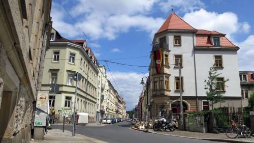 Stadtteilhaus schmückt sich mit Flagge und Sandsäcken