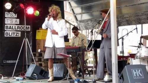 Schlager-Blondine mit Cowboy-Stiefeln