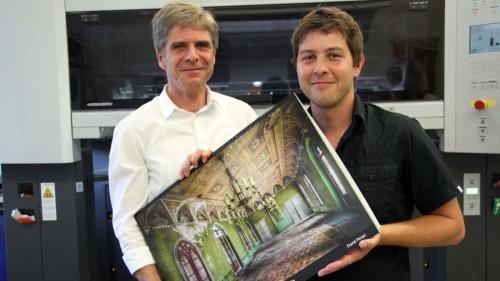 Thomas Pertermann und David Pinzer mit Kalender