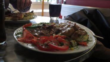 Gulasch mit Knödeln, frische Tomaten, Tiefkühl-Gemüse