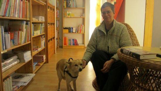 Kein Bücherwurm, sondern ein Bücherhund freut sich in der Pusteblume über Streicheleinheiten