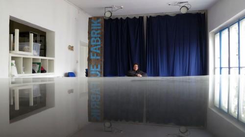 """Holger Knaak sitzt im neuen """"Saal"""" der Blauen Fabrik schon mal Probe."""