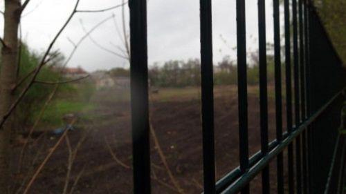 Derzeit befindet sich der Platz hinter Gittern.