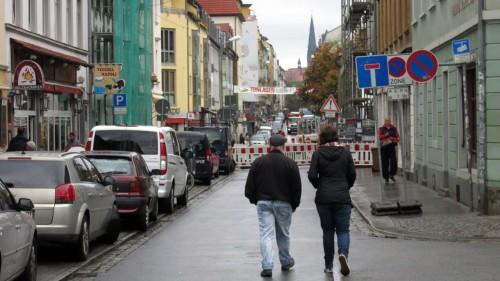 Die Alaunstraße vor der künftigen Turnhalle wird aufgegraben.