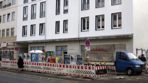 Vor der Bibliothek wird noch der Fußweg gepflastert. Aber am 1. Dezember soll alles frei sein.