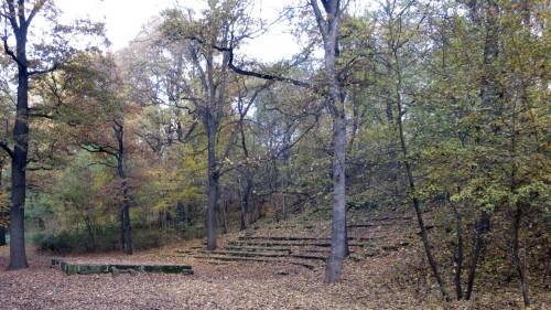 Waldspielplatz mit Bühne und Zuschauerrängen