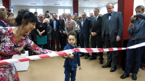 Punkt 11 Uhr eröffnete Theodor (5) die neue Bibliothek.