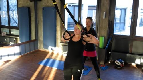 Schlingentraining bietet eine hervorragende Möglichkeit um den gesamten Körper zu trainieren. Ein funktionelles Training was jeden Muskel anspricht. In dieser Übung geht es vor allem um die Kräftigung des oberen Rückens.
