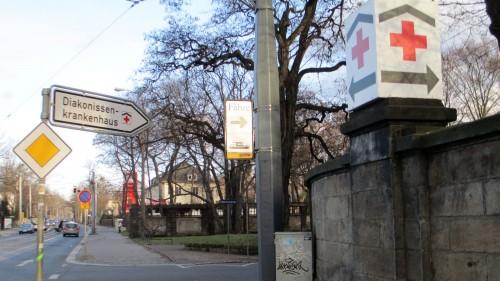 Eingang zum Diakonissenweg zwischen Diako-Gelände und Total-Tankstelle.