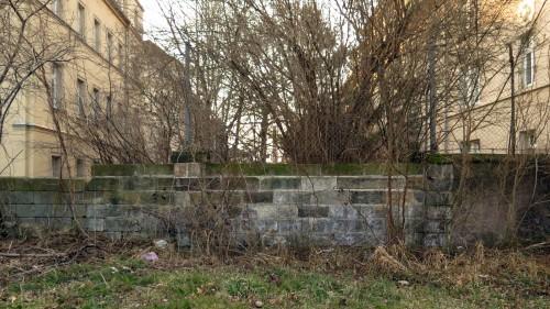 Die Mauer kommt noch weg - der Zugang zur Paulstrasse.