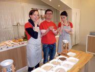Betriebsleiterin Nadine Kaschel, Müller Alexander Bartsch und Mitarbeiterin Jenny Trautmann