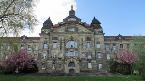 Immer noch königlich: Blick auf die Staatskanzlei von der Elbe aus