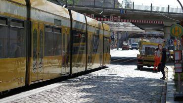 An der Brücke wird am Wochenende gebaut, die Straßenbahn umgeleitet.