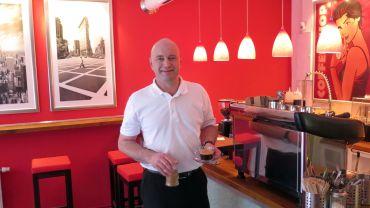 Matthias Mörbitz verkauft Kaffee im Estavida