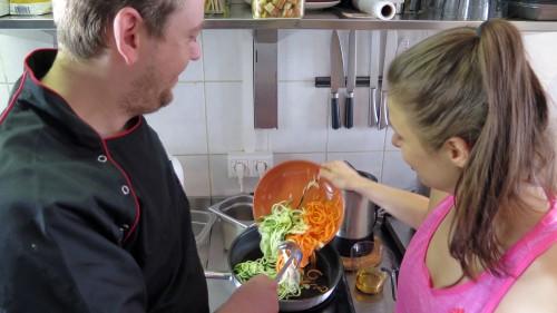 Die Gemüse-Spaghetti werden in Öl angedünstet.