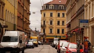 Görlitzer Straße mit Ampel und schiefer Ecke