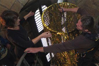 Marí Emily Bohley mit Unterstützung durch einen Fassadenkletterer bei der Installation ihrer Ausstellung