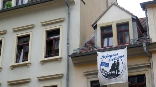 In der Neustadt steht es an etlichen Häusern: Flüchtlinge sind hier willkommen.