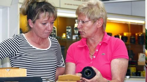 Ute Grohmann (rechts) erklärt einer Mitarbeiterin die Vorzüge einer Kamera. Foto: Youssef Safwan