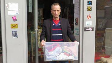 Axel Steier ist Mitorganisator des Dresden-Balkan-Konvois - im Umsonstladen werden Kleider gesammelt.