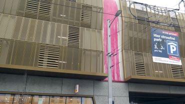 Die rosarote Farbe wurde offenbar vom obersten Parkdeck ausgekippt.