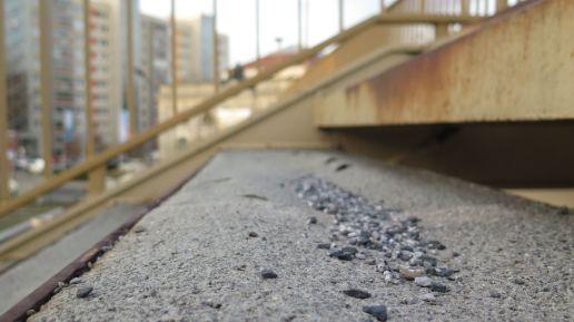 Die Stufen sind kaputt. Die Brücke gesperrt.