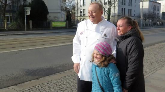 Noch schnell ein Foto mit dem Starkoch. Amelie und Claudia Richter freuen sich.