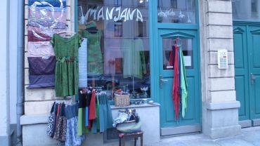 Im Manjana gibt es nicht nur Klamotten, sondern auch Keramik und Schmuck