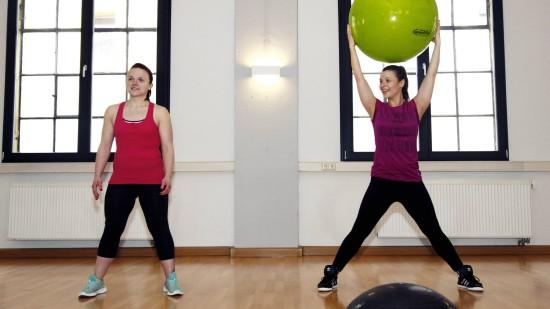 personal-fitness-dresden: Erwärmung mit Jumping-Jacks und Gummiball.