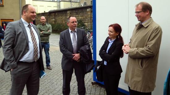 Der Oberbürgermeister (links) kam in Begleitung des Ortsamtsleiters André Barth (2.v.l.)