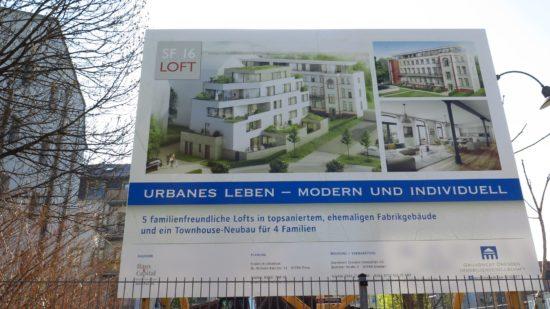 Lofts und Townhouse: Hinterm Bauschild wird gebaggert.
