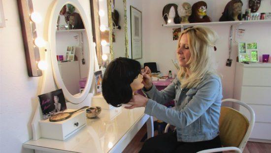 Wenn sie gerade nicht schminkt oder frisiert, knüpft Anna-Katharina auch Perücken, derzeit für die Oper in Rom.