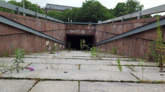 Das Gras sprengt den Beton - bzw. die Granitplatten. Hier am Aufgang zur Haltestelle.