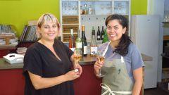 Mayra Castillo und Anne Alvero mischen die Weinpinte auf.
